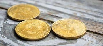 Dinheiro de Bitcoin do ouro na tabela de madeira Moeda cripto eletrônica fotos de stock