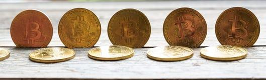 Dinheiro de Bitcoin do ouro na tabela de madeira Moeda cripto eletrônica foto de stock royalty free