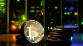 Dinheiro de Bitcoin na sala escura do servidor com luzes coloridas do servidor e da rede ilustração royalty free