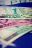 Dinheiro de Brasil em uma bandeira Fotografia de Stock Royalty Free
