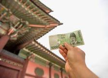 Dinheiro de Coreia e de palácio de Gyeongbokgung imagens de stock royalty free
