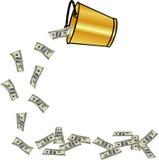 Dinheiro de derramamento da cubeta dourada Imagens de Stock