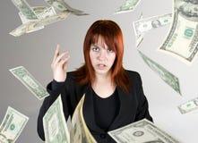 Dinheiro de jogo da menina irritada em sua face Imagens de Stock