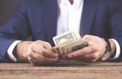 Dinheiro de mão do homem imagens de stock