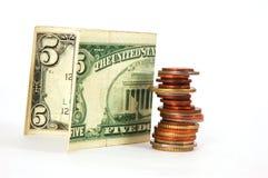 Dinheiro de papel e coluna das moedas Fotografia de Stock
