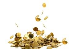 Dinheiro de queda isolado no fundo branco, busin das moedas de ouro Imagens de Stock