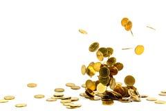 Dinheiro de queda isolado no fundo branco, busin das moedas de ouro Imagens de Stock Royalty Free
