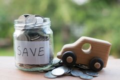 Dinheiro de salvamento com a moeda do dinheiro da pilha para crescer seu negócio, a moeda do tailandês que empilha na textura de  imagens de stock