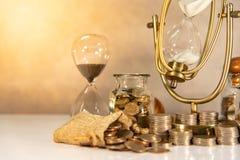 Dinheiro de salvamento, conceito do investimento do tempo fotos de stock