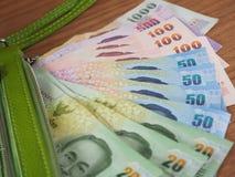 Dinheiro do baht tailandês com a bolsa verde da borda, cédulas Foto de Stock Royalty Free