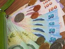 Dinheiro do baht tailandês com a bolsa verde da borda, das cédulas e das moedas Foto de Stock Royalty Free