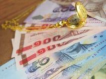 Dinheiro do baht tailandês com tempo Fotos de Stock