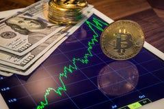 Dinheiro do dólar americano, cryptocurrency Bitcoin na tabuleta Imagem de Stock