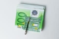 Dinheiro do dinheiro 100 euro com grampo do dinheiro Fotos de Stock Royalty Free
