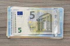 Dinheiro do Euro em uma superfície de madeira Fotos de Stock Royalty Free
