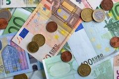Dinheiro do Euro Pilha de euro- cédulas e moedas diferentes Fotos de Stock Royalty Free