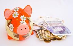 Dinheiro do feriado de um banco piggy. Imagens de Stock Royalty Free