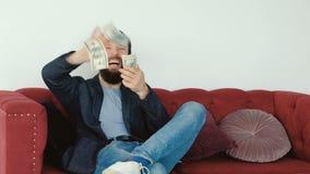 Dinheiro do lance do homem rico do cryptocurrency do mercado de valores de ação video estoque