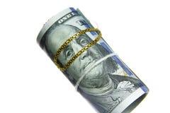 Dinheiro do rolo das notas de dólar com corrente do ouro Fotografia de Stock Royalty Free