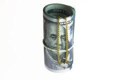Dinheiro do rolo das notas de dólar com corrente do ouro Imagem de Stock