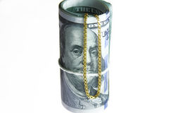 Dinheiro do rolo das notas de dólar com corrente do ouro Foto de Stock