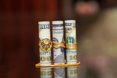 Dinheiro do rolo das notas de dólar com joia do ouro Fotografia de Stock