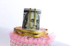 Dinheiro do rolo das notas de dólar com ouro Imagem de Stock Royalty Free