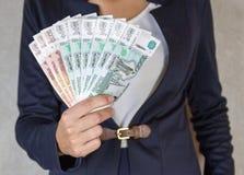 Dinheiro do rublo à disposição da menina Imagens de Stock