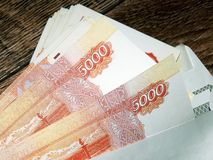 Dinheiro do russo com um valor nominal de 5000 rublos Foto de Stock