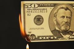 Dinheiro dos E.U. no fogo fotografia de stock