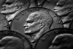 Dinheiro dos EUA das moedas de prata monetário para a riqueza e as riquezas foto de stock