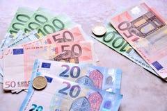 Dinheiro dos Euros nas cédulas e nas moedas foto de stock royalty free