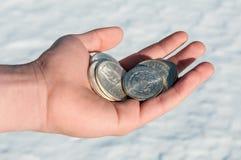 Dinheiro duro frio - moedas de prata à disposição Fotografia de Stock