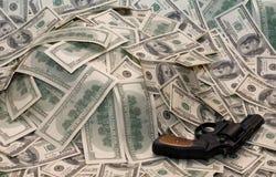 Dinheiro e a arma Foto de Stock Royalty Free