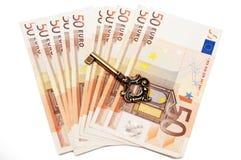 Dinheiro e chave Fotos de Stock Royalty Free