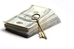 Dinheiro e chave para a riqueza e as riquezas Fotografia de Stock Royalty Free