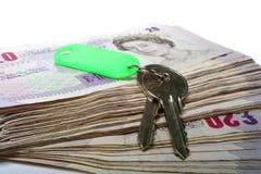 Dinheiro e chaves Fotografia de Stock Royalty Free