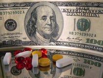 Dinheiro e comprimidos Fotografia de Stock Royalty Free