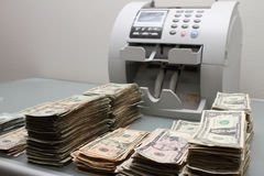Dinheiro e contador Imagens de Stock