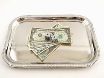 Dinheiro e dados em uma bandeja de prata Fotos de Stock