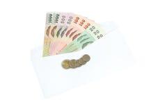 Dinheiro e envelope branco isolados no fundo branco imagens de stock
