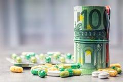 Dinheiro e medicamento do Euro Cédulas e comprimidos do Euro Fotos de Stock