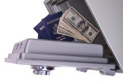 Dinheiro e passaporte Fotografia de Stock Royalty Free