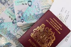 Dinheiro e passaporte de Qatar Imagens de Stock Royalty Free