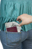 Dinheiro e passaporte do feriado que estão sendo roubados Fotografia de Stock Royalty Free