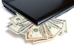 Dinheiro e portátil Fotos de Stock