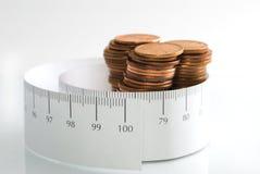 Dinheiro e uma fita de medição. Fotografia de Stock