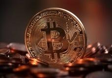 Dinheiro eletrônico, bitcoins, finança, dinheiro no Internet, pirâmides financeiras, moeda nova, fraude, e-renda Foto de Stock
