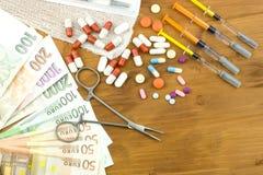 Dinheiro em cuidados médicos Cuidados médicos pagos Dinheiro para o tratamento das doenças e dos ferimentos Economias domésticas  Imagem de Stock Royalty Free
