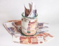 Dinheiro em uma bacia de vidro Fotos de Stock
